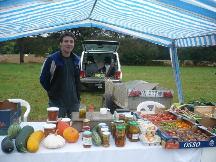 Notre plus jeune 'amateur' et producteur de légumes.